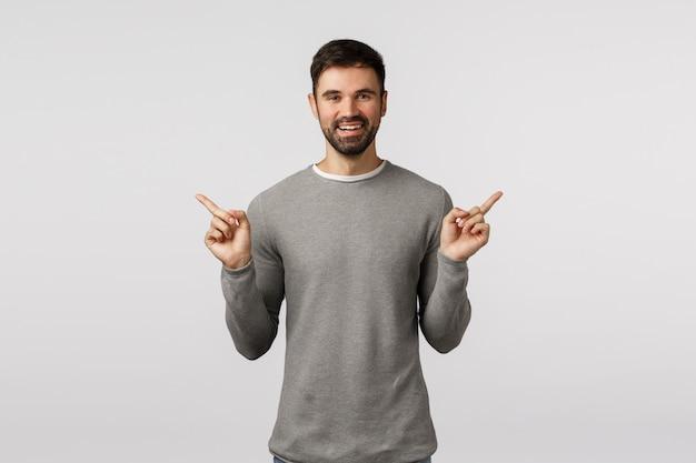 Время сделай свой выбор. веселый счастливый, улыбающийся бородатый работник мужского пола, дает советы о том, что покупать, делает покупки, указывает в сторону, показывает левую и правую рекламу, предлагает варианты выбора