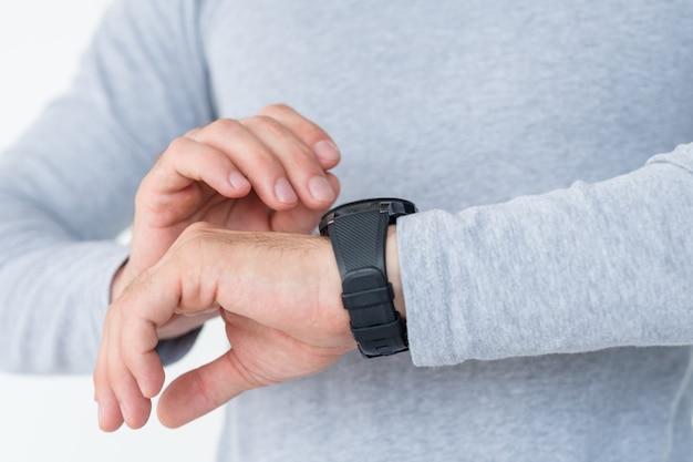 시간 관리. 회의에 늦었는지 확인하는 그의 손에 시계를보고있는 남자.