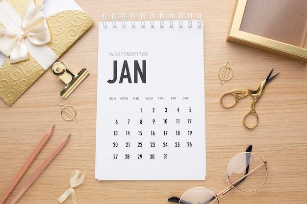 Concetto di organizzazione del tempo con disposizione piatta del calendario