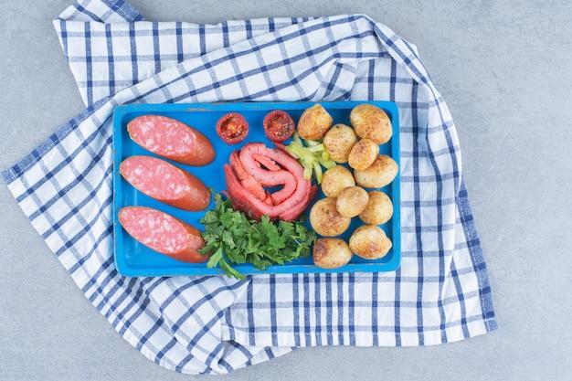 朝食の時間。野菜、サラミ、ベーコンの炒め物。