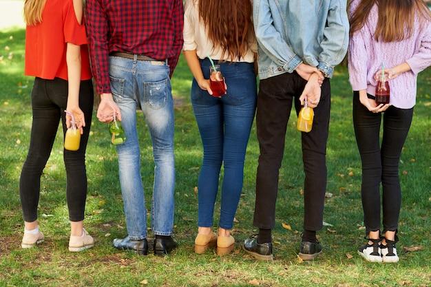 해독 할 시간입니다. 녹색 여름 자연 배경에 과일 주스 칵테일 청소년.