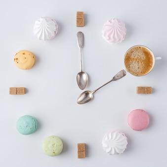 Пора пить кофе. часы в виде кофе. макароны, сахар, зефир. творческая и творческая работа.
