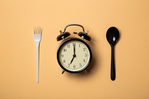 プラスチックカトラリーで食べる時間
