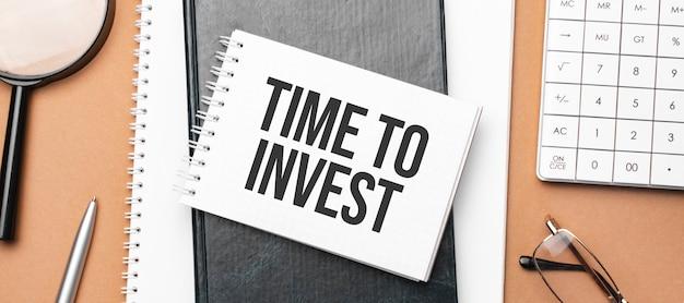 메모장에 투자 할 시간과 브라운에 대한 다양한 비즈니스 서류