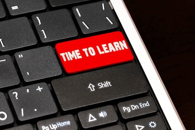 黒のキーボードの赤のenterボタンで学ぶ時間です。