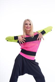 움직일 시간입니다! 흰색에 고립 된 운동복 춤을 입고 아름 다운 행복 한 젊은 여성의 수직 스튜디오 샷