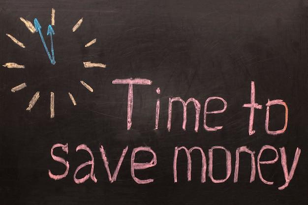 돈을 절약 할 시간-검정색 배경에 텍스트가있는 시계
