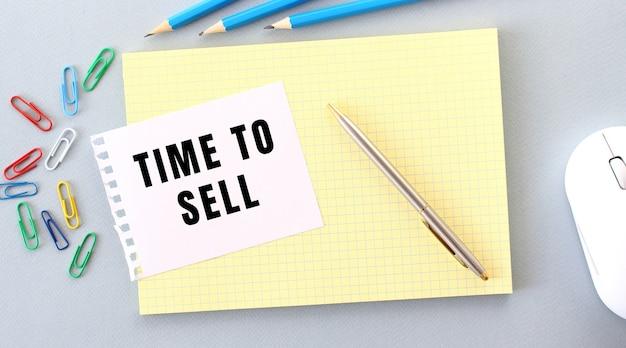 판매 시간은 사무용품 옆에있는 노트북에있는 종이에 적혀 있습니다.