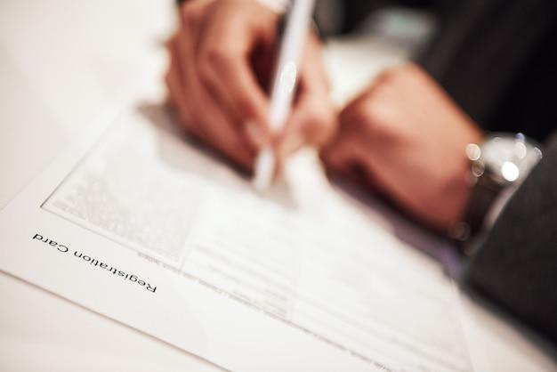取引契約に署名する時が来ました。ビジネスマンは契約を履行し、署名しています