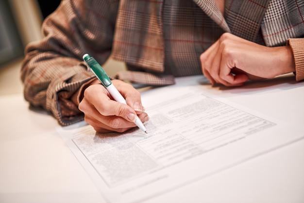 取引契約に署名する時が来ました。実業家は契約を履行し、署名しています