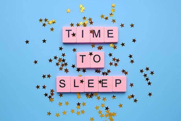 紙吹雪の星と青い背景で寝る時間