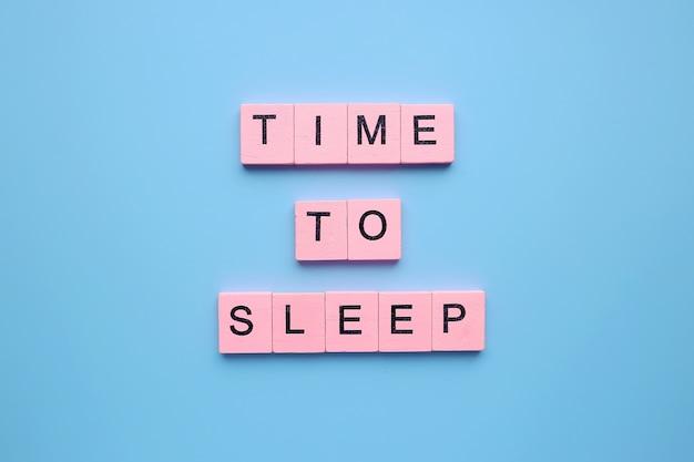 青い背景で寝る時間