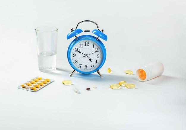 약을 복용 할 시간입니다. 알람 시계는 약물 복용 시간과 그 옆에 의료용 약을 표시합니다.