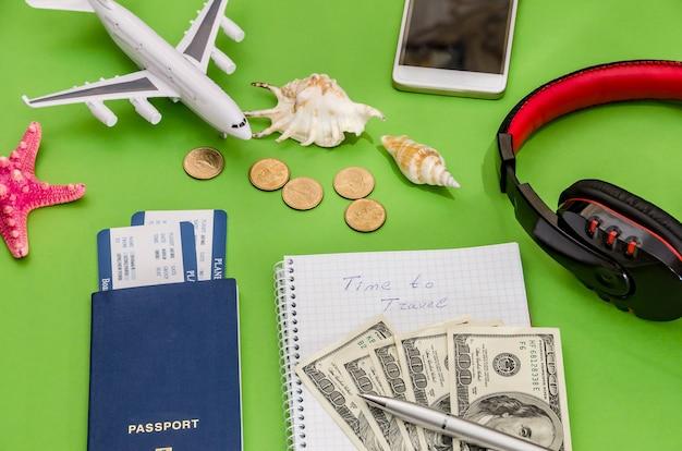 飛行機、チケット、パスポート、お金を旅行する時間