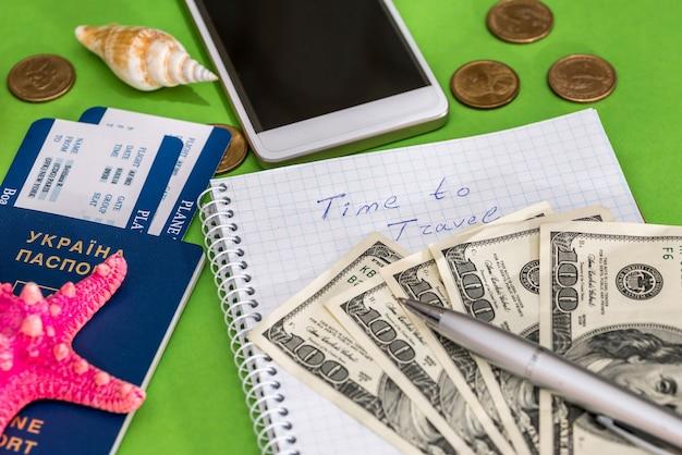 メモ帳、チケット、パスポート、ドルを旅行する時間