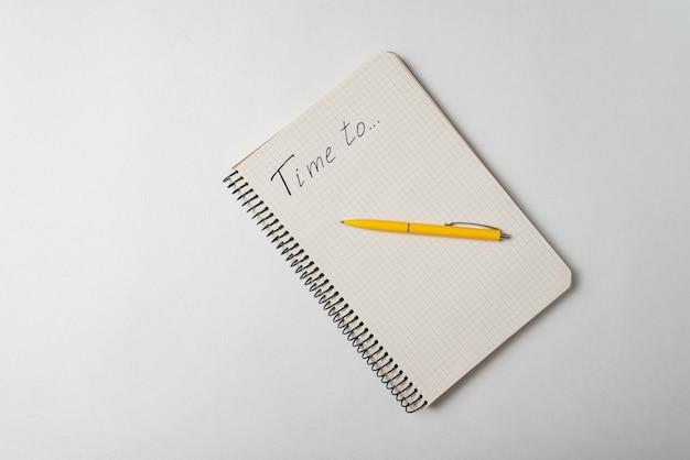 Время написано на ноутбуке на белом фоне. планирование концепции. вид сверху