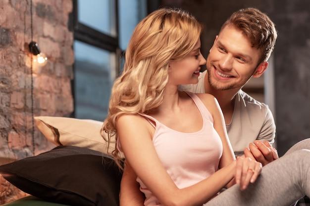 一緒に時間。仕事で疲れた後、寝室で一緒に時間を楽しむ素敵な夫婦