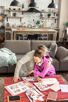 함께 시간. 함께 시간을 보내는 동안 서로 포옹하는 아버지와 딸의 상위 뷰