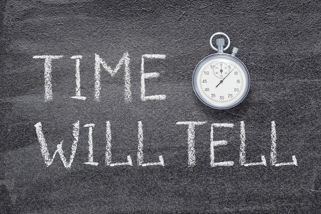 時間は、ヴィンテージの正確なストップウォッチで黒板に書かれたことわざを教えてくれます