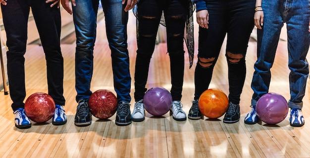 Tempo con gli amici in una pista da bowling