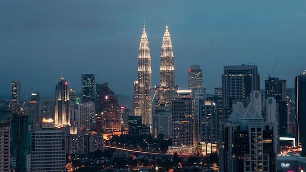Таймлапс ночного смены вечера в куала-лумпуре, малайзия