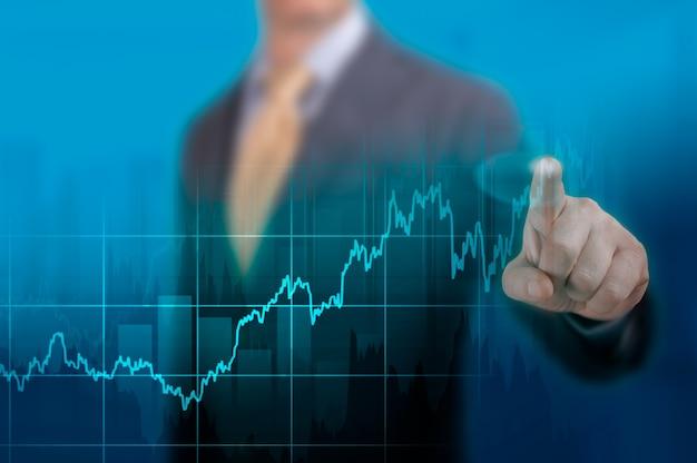 急速なパンデミックによって引き起こされた危機後の世界的な景気回復のタイムラインチャート19。株式市場の財務成長チャート。紺色の背景にグラフの成長計画を指すビジネスマン
