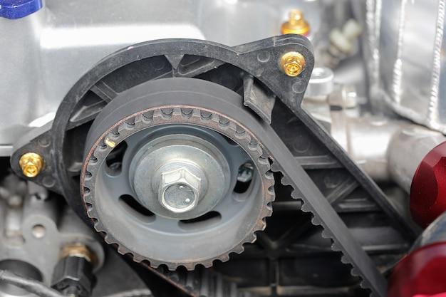 車のエンジンのタイミングベルトとカムシャフトスプロケット。