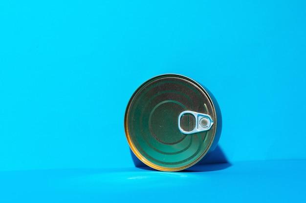 Консервная банка с едой на синем фоне
