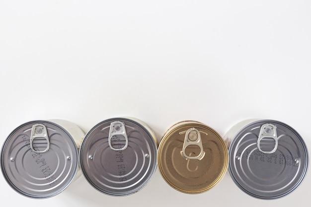Олово, консервы, изолированные на белом. сток и провиантская концепция. продукты длительного хранения.