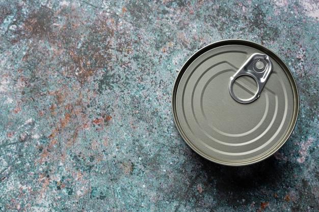 テーブルの上の食品用のブリキ缶