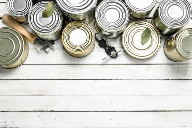 食品とオープナー付きのブリキ缶。