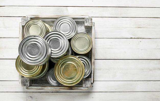 箱に入った食品の入ったブリキ缶。