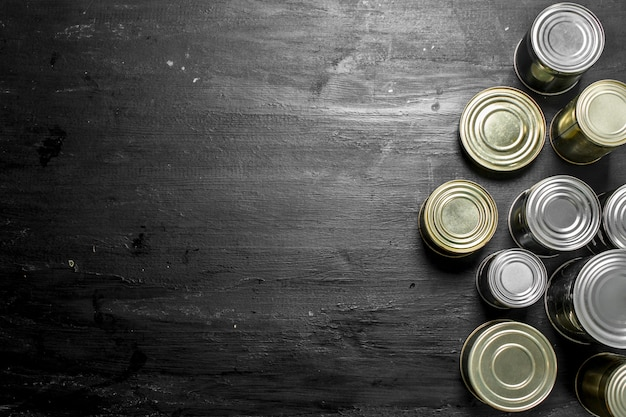 黒い黒板に食べ物が入ったブリキ缶