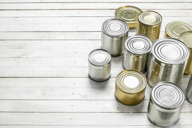 食品と缶。