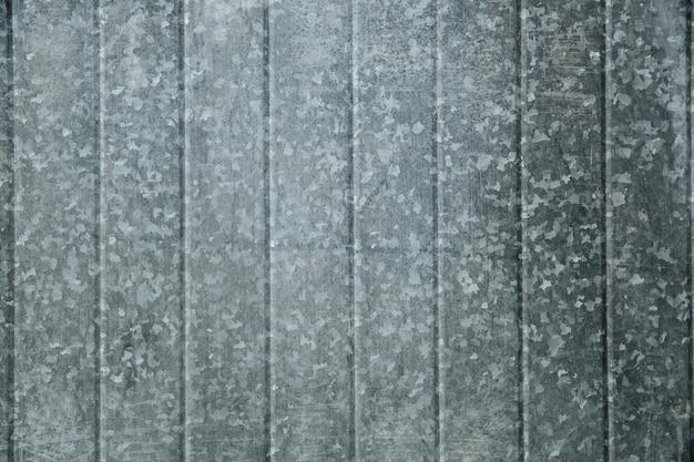 美しいテクスチャパターンの落書きのあるブリキの柵は、縦縞のあるモダンな柵を配置します