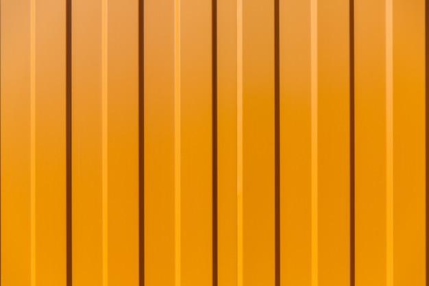 Оловянный забор с красивым фактурным рисунком, современный забор с вертикальными полосами.