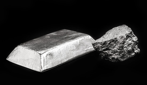 주석 광석을 함유한 주석 주괴, 다양한 금속 합금 생산에 사용되는 금속, 부식 방지제