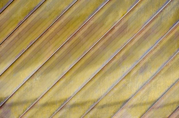 建物のブリキの壁、斜めの線で金色。