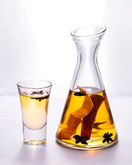 アニスシナモンドリンクレモン皮の側面とチンキ