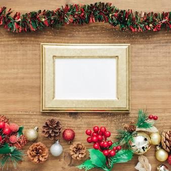 Мишура и украшения на рождество с золотой рамой