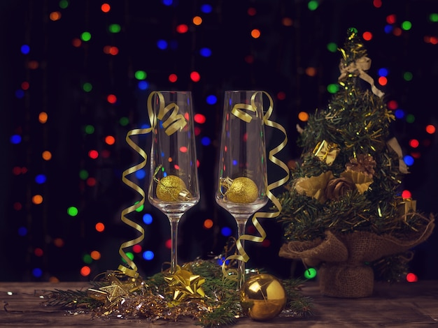 크리스마스 테마 샴페인 잔의 어두운 색을 칠한 이미지.
