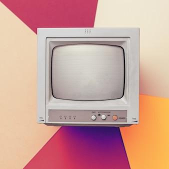 Тонированное изображение небольшого ретро монитора на цветном фоне. имитация луча от экрана. винтажная электроника.