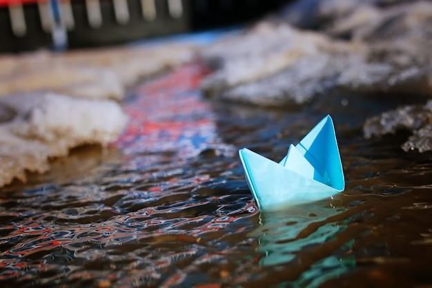 春の街の色付き印画紙ボート