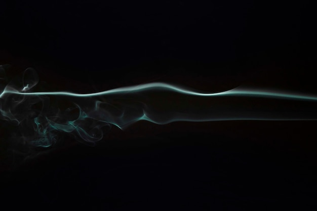 검은 배경에 질감 색을 칠한 연기