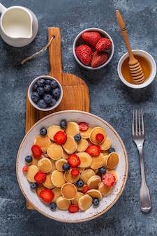 朝食にイチゴとブルーベリーの小さなパンケーキ