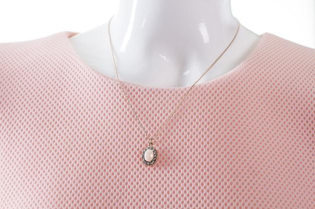 Миниатюрный круглый кулон на манекен. женский манекен с дорогим кулоном. украшения с драгоценными камнями. маленький шедевр ювелира.