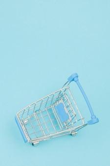 파란색 배경에 작은 쇼핑 카트