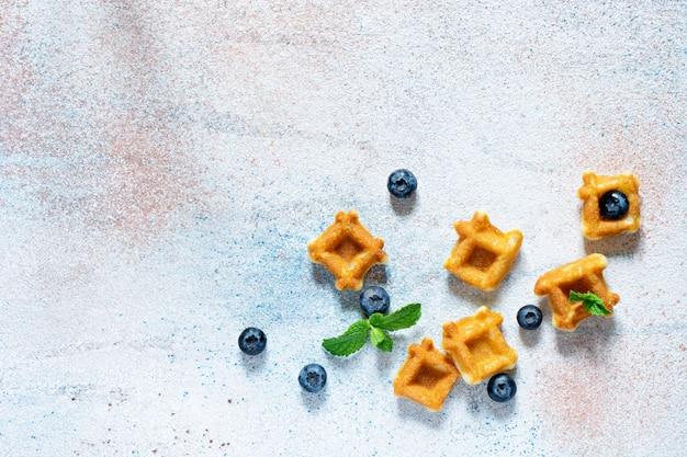 白の果実と朝食の小さなワッフル