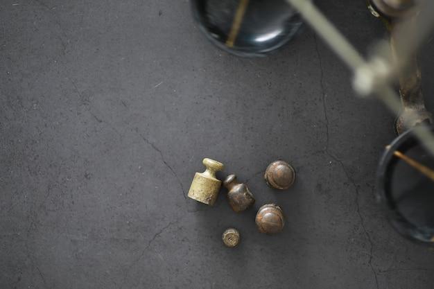 ヴィンテージバランススケールの小さなウェイト。古代の古いスケール、ヴィンテージの古い真鍮の重量スケールの詳細。