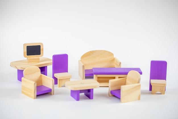 分離された小さな木のおもちゃの家具。古いおもちゃの席。